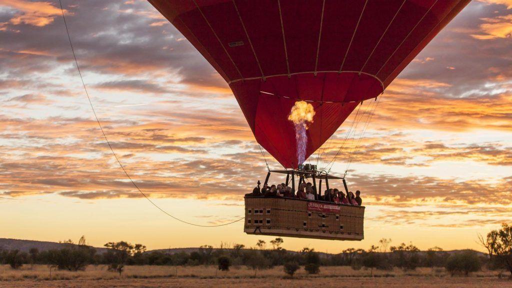 Varmluftsballong over outbacken utenfor Alice Springs.