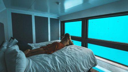 Sov med fiskene på Great Barrier Reef